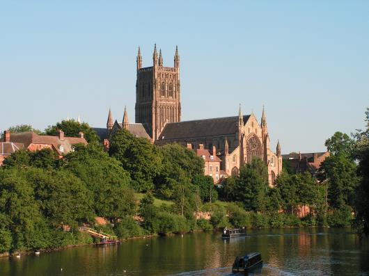 Worcester-Cathedral-from-bridge-with-2-narrowboats-L_185.jpg